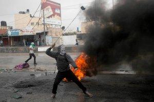 W Izraelu wci�� niespokojnie. Policja i wojsko na ulicach, starcia tak�e poza Jerozolim�. Z Gazy odpalono rakiet�