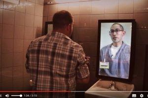 Klienci baru wchodzą do męskiej toalety, spoglądają w lustro, a w nim pojawia się mężczyzna w więziennym ubraniu i przestrzega ich przed popełnieniem błędu