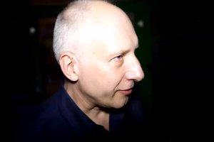 """[PIOSENKA Z TEKSTEM] Kuba Sienkiewicz czyta Placebo """"Too Many Friends"""""""