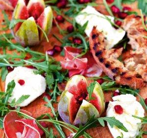 Sałatka z figami, mozzarellą i szynką dojrzewającą