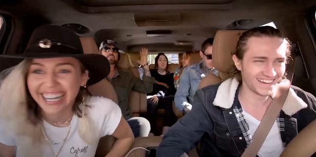 """Prawie każdy z rodziny Cyrus zajmuje się muzyką zawodowo. Dzięki temu ostatni odcinek z serii """"Carpool Karaoke"""" zyskał wspaniałe głosy. W występie rodzinnym nie mogło zabraknąć utworu głowy rodu. Muzykalna rodzina zawładnęła słynnym samochodem """"The Late Late Show""""."""