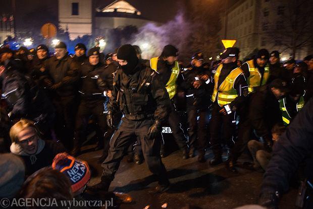 """Policja poszukuje 21 osób, które protestowały pod Sejmem. """"80 już zidentyfikowaliśmy. Odpowiedzą za złamanie prawa"""""""