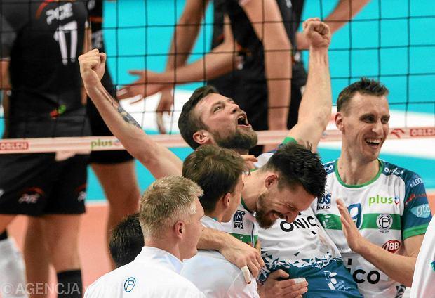 Siatkarze Politechniki Warszawskiej cieszą się po zwycięstwie 3:1 nad Skrą Bełchatów