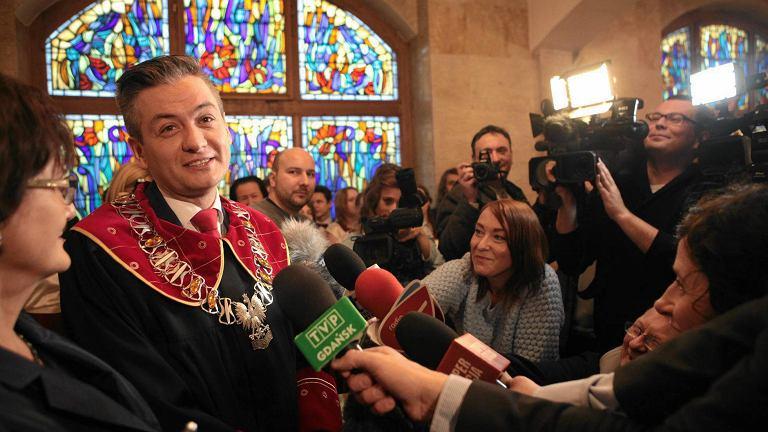 Robert Biedroń udziela pierwszego ślubu. Dziś Słupsk dorobił się określenia ''polskie Las Vegas''. Pary chcą, by ślubu udzielał im właśnie Biedroń