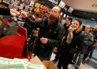 Charlie Hebdo znowu w kioskach. Ale tylko na chwil�