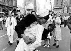 Słynny pocałunek na Times Square. Wiedzieliście, że za tym zdjęciem-ikoną stoi historia molestowania?
