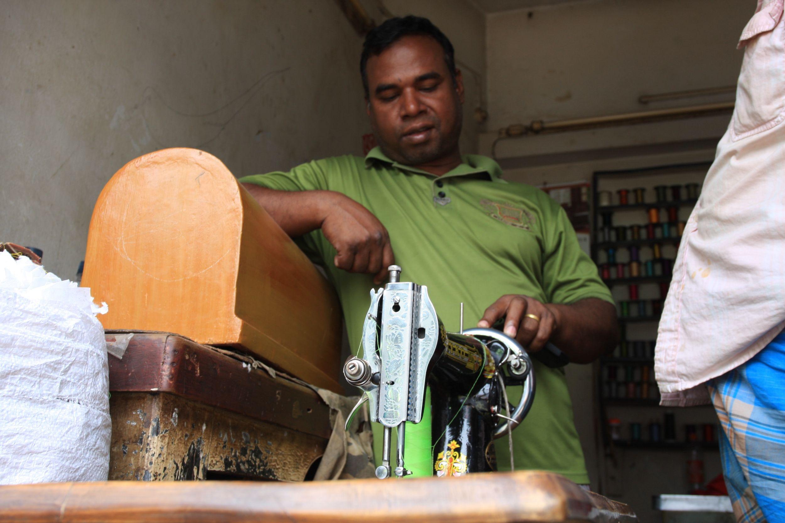 Wielkie fabryki podzlecają produkcję małym zakładom, te z kolei - warsztatom krawieckim (fot. Marek Rabij)