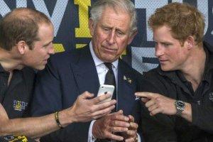 """""""Tato, musisz to zobaczy�"""". William pokazuje Karolowi co� na swoim telefonie. Jego reakcja jest rozbrajaj�ca"""
