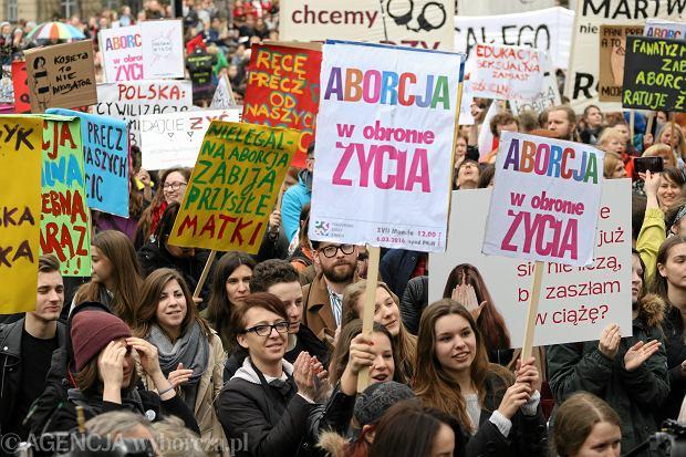 """""""No women no kraj"""". Pod Sejmem demonstrowali przeciw zakazowi aborcji"""