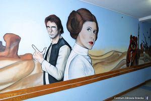 """""""Niech moc będzie z Wami!"""". Kibice stworzyli niesamowity korytarz w Centrum Zdrowia Dziecka [FOTO]"""