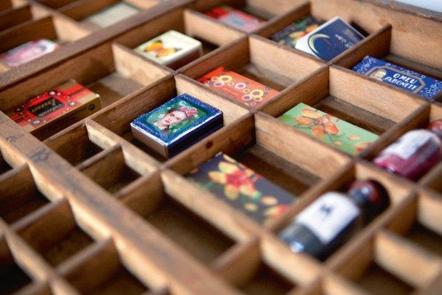 W drewnianej kasecie kolekcja zapałek z różnych stron świata.