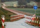 Droga dla rowerów z barierkami. �mieje si� z niej ca�a Polska