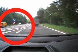 """Kierowca wyprzedza na podw�jnej ci�g�ej i wje�d�a pod pr�d na drog� szybkiego ruchu: """"Jad�c tym pasem pewnie ma pe�ne spodnie"""""""
