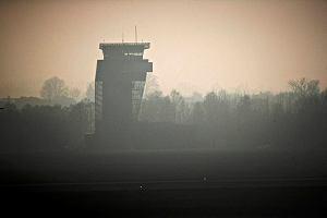 Lotnisko. Samolot nie odlecia�, bo mechanik nie wyl�dowa�