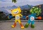 Oficjalne maskotki igrzysk olimpijskich i paraolimpijskich, które w 2016 roku odbędą się w Rio de Janeiro. W tle Copacabana. Obie maskotki ciągle czekają na imiona