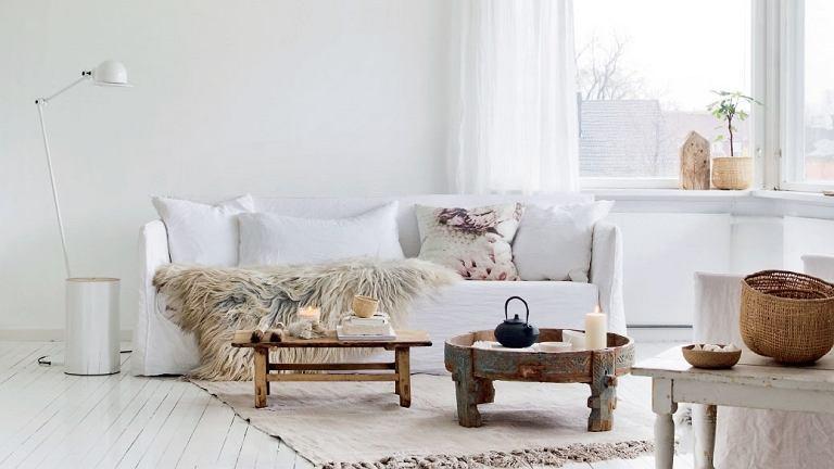 W mieszkaniu Line Kay białe są nie tylko ściany, ale także podłogi