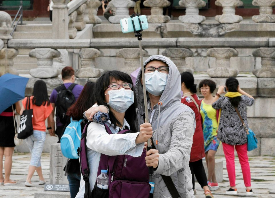 Para turystów robi sobie selfie przed pałacem Gyeongbok w Seulu. O czym należy pamiętać nie rozstając się z technologią ani na krok?