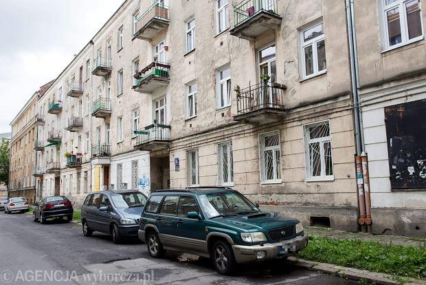 Ul. Łochowska 38 A. Kamienica do rewitalizacji. Mieszkańcy mówią, że na remonty czekają, ale też z obawą myślą o przeprowadzce