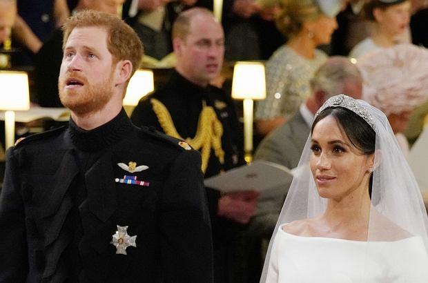 Książę Harry podczas sobotniego ślubu nie krył wzruszenia. Gdy chór śpiewał hymn, który był grany również podczas pogrzebu księżnej Diany, nie mógł powstrzymać łez.