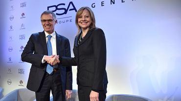 Carlos Tavares - prezes PSA i Mary Barra prezes GM CEO - 'kamerowy shakehand'  po podpisaniu umowy. General Motors sprzedaje grupie PSA swoje europejskie biznesy (w tym niemieckiego Opla i brytyjską mutację marki - Vauxhall)