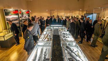 Dzisiaj (9 marca) wystawa została oficjalnie otwarta. - Zobaczyć można pozyskane w ostatnich latach uzbrojenie: pistolety, karabiny i broń maszynową. Udało się nam też zgromadzić szereg dokumentów i fotografii dotyczących wydarzeń XX w. Są jeszcze mundury Wojska Polskiego po 1945 r. - wylicza Łukasz Nadolski z Muzeum Wojsk Lądowych w Bydgoszczy. Można też dotknąć armaty 76,2 mm sprowadzonej z Norwegii. To, niestety, jedyny eksponat sprzętu ciężkiego, jaki jest dostępny. Pozostałe, z braku miejsca stoją w magazynie na Osowej Górze. Od piątku muzeum zaprasza wszystkich miłośników militariów