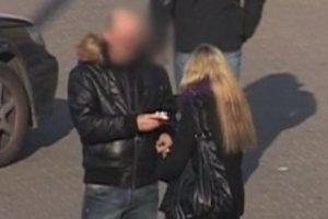 Kobieta w ciąży prosi o papierosa. Reakcje przechodniów bezcenne! [WIDEO]