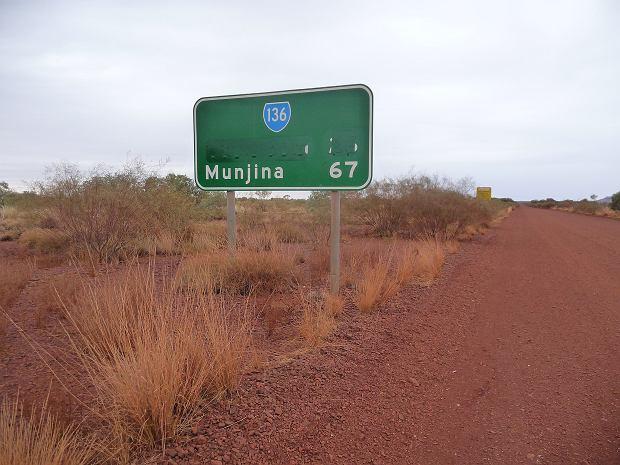 Tablica drogowa z usuniętą nazwą miasta