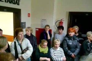 Pracownicy szpitala w Trzebnicy zagłuszają prace starostwa kolędami