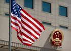 Flaga USA przed ambasadą w Chinach