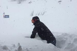 W Tatrach spadło dużo śniegu. Naprawdę dużo śniegu. Jak dużo pokazuje pan Jakub