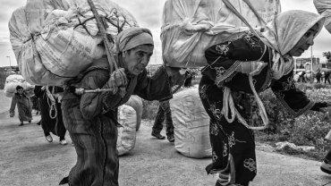 Kobiety idą w kierunku przejścia granicznego, Melilla - Beni-Enzar