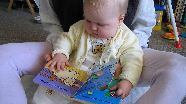 Czytanie niemowlakom jest bez sensu? Nic bardziej mylnego!