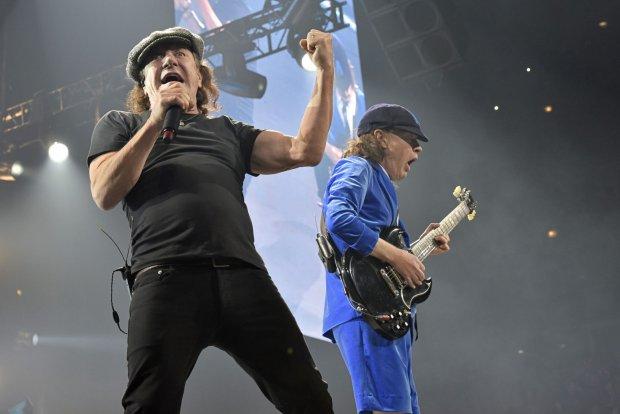 Brian Johnson i Angus Young na koncercie AC/DC w Chicago, jednym z ostatnich jak na razie w tym sk�adzie. Luty 2016