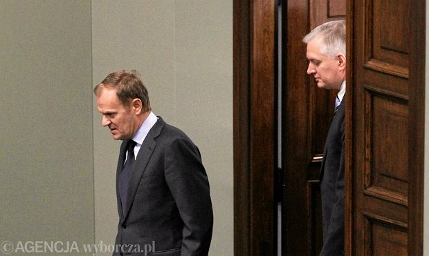 Donald Tusk i Jaros�aw Gowin wchodz� na sal� sejmow� na seri� g�osowa� nad projektami ustaw o zwi�zkach partnerskich