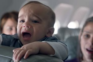 Dziecko płakało przez 8 godzin lotu. Trzeba to jakoś przeżyć? Linie lotnicze mają też inne pomysły