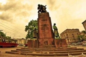 Pomnik Czterech Śpiących pochlapany farbą
