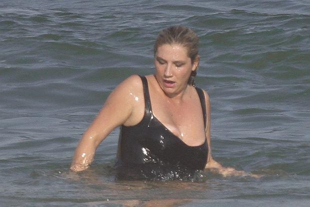 Amerykańska piosenkarka Kesha spędza wakacje w Brazylii. Ostatnio paparazzi przyłapali ją podczas kąpieli i spaceru na plaży w Rio De Janeiro. Kesha, jak widać, bawiła się doskonale do momentu, aż zauważyła, że ze stanika wyskoczyła jej pierś. Być może to wina fal, a być może za małego stroju kąpielowego. Artystka szybko poprawiła biustonosz,  mimo to minę miała nietęgą.