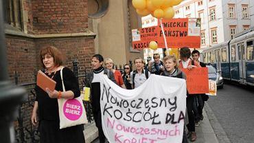 Kraków, rok 2011, manifestacja pod krakowską kurią i urzędem miasta: ''Kraków laicki, nie katolicki''. Na czele Anna Grodzka, pierwsza na świecie transpłciowa parlamentarzystka