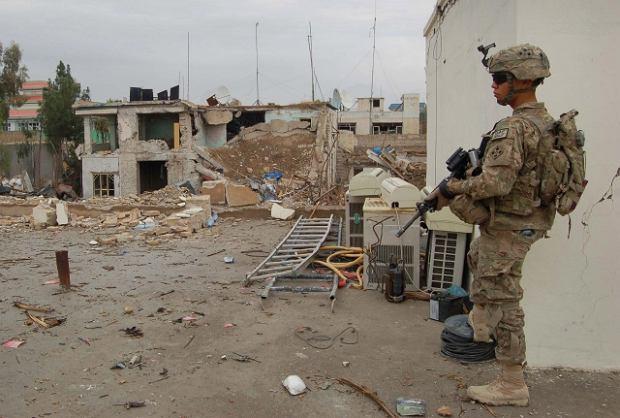 Ameryka�ski �o�nierz przed zniszczon� przez talib�w siedzib� agencji ONZ ds. uchod�c�w w Kandaharze na po�udniu Afganistanu