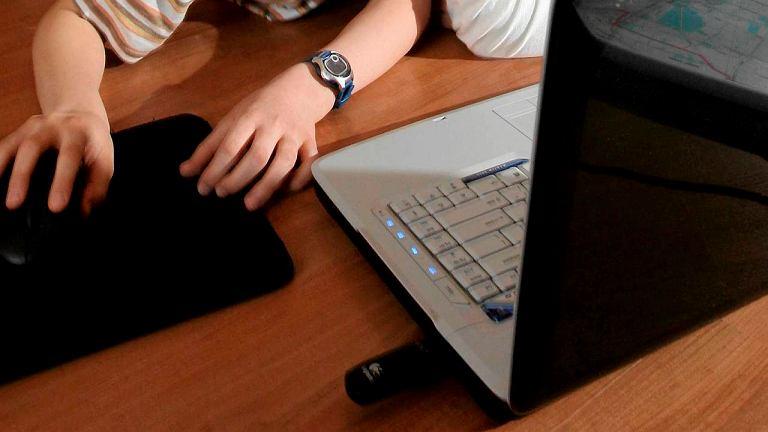 Dzieci korzystające z komputera i tableta