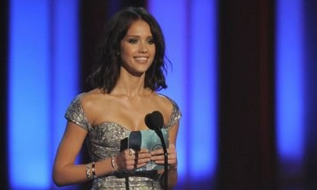 Jessica Alba present the award for favorite web celeb at the People's Choice Awards on Wednesday Jan. 6, 2010, in Los Angeles. (AP Photo/Chris Pizzello)