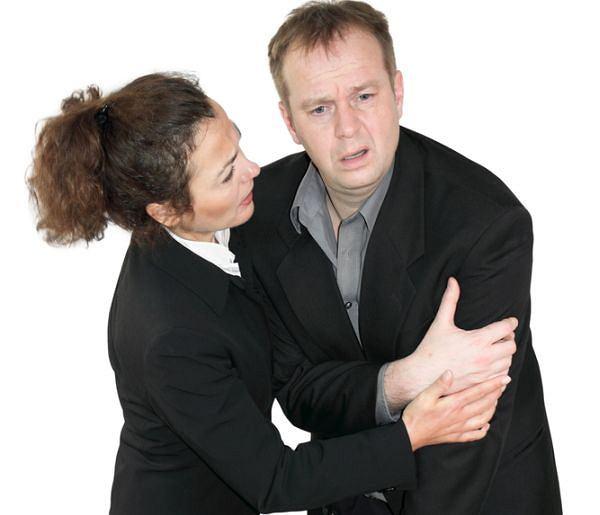Drętwienie lewej ręki, zwłaszcza u mężczyzny, może być objawem zawału serca. Zwykle jednak organizm wysyła i inne sygnały