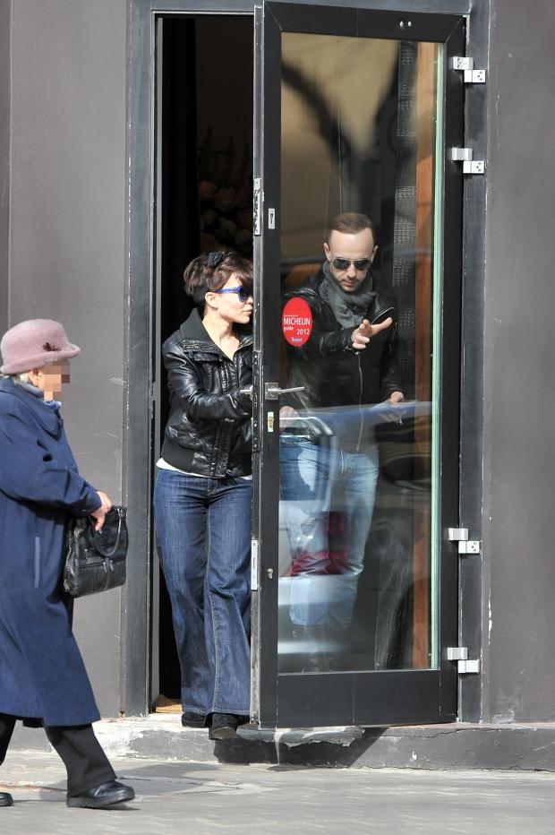Nergal wybral sie ze swoja nowa dziewczyna poczatkujaca piosenkarka Pati Sokol na obiad do popularnej restauracji na Rozbracie Oboje szli ulica pograzeni w rozmowie i wsiedli do auta muzyka 27-03-2012 Warszawa