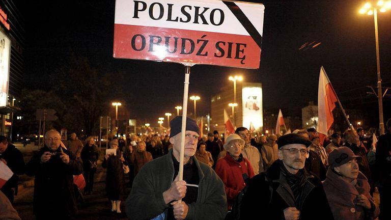 We Wrocławiu zwolennicy i sympatycy PiS, biorący udział w pochodach zorganizowanych przez tę Partię apelują: