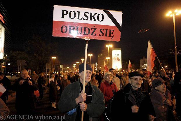 We Wroc�awiu zwolennicy i sympatycy PiS, bior�cy udzia� w pochodach zorganizowanych przez t� Parti� apeluj�: