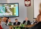 Zdaniem zespo�u parlamentarnego Antoniego Macierewicza nikt nie przedstawi� wiarygodnej alternatywy dla hipotezy zamachu na prezydencki samolot. Na zdj�ciu: posiedzenie zespo�u w Sejmie, 8 wrze�nia 2011