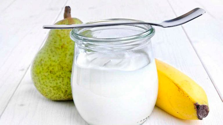 Warto sięgać po wysokiej jakości fermentowane produkty mleczne, takie jak jogurty naturalne, kefir, maślanka.