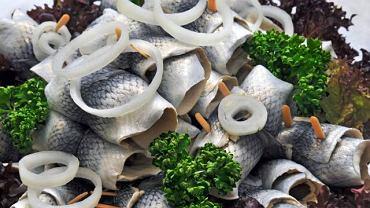 Jedzenie śledzi sprzyja wytwarzaniu serotoniny, hormonu odpowiedzialnego za dobry nastrój