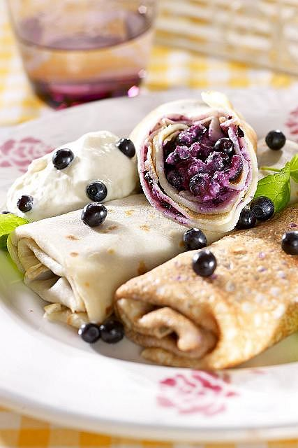 Naleśniki z maślanki z serem i jagodami