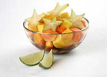 Sałatka owocowa z sosem rumowym - ugotuj
